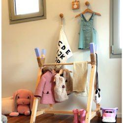 מתלה בגדים מעץ לחדר ילדים