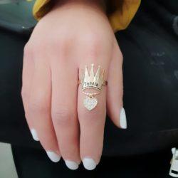טבעת תהילה עם חריטת שם ותליון משובץ