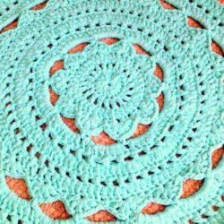 שטיח עגול סרוג בדוגמה מהודרת ורכה בגוון ורוד בהיר לחדר ילדים ותינוקות