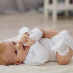 משבר גיל 4 חודשים: כך תתמודדו עם תינוק בוכה, עייף ועצבני> <meta itemprop=