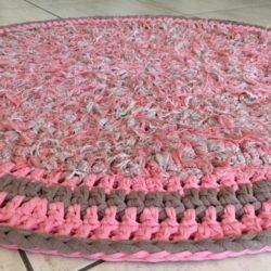 שטיח סרוג בגווני וורוד ובז' רך ומיוחד