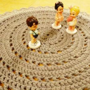 שטיח עגול סרוג מעוצב בדוגמת וינטאג' כפרית