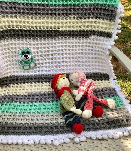 שמיכה סרוגה דגם דובון עם גמר פומפונים לתינוקות