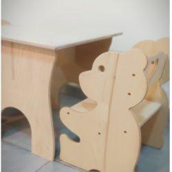 סט שולחן יצירה ו-2 כסאות לילדים המעוצב בסגנון דובי