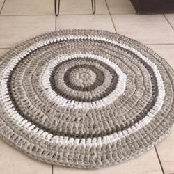 שטיח סרוג מחוטי טריקו בגווני חלב, בז' וחום