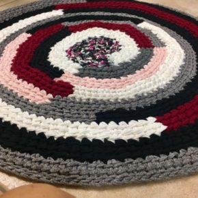 """שטיח סרוג בעבודת יד דגם """"שבלול אדום"""""""