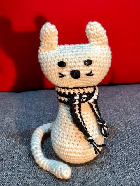 בובת חתול סרוג בצבע לבן
