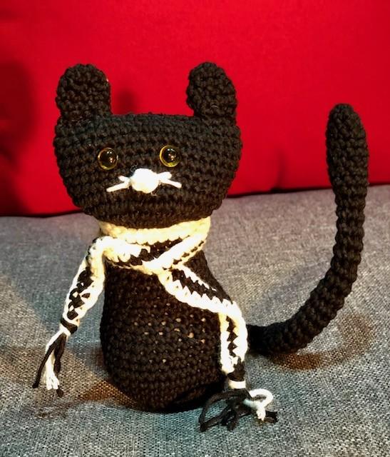 בובת חתול סרוג בצבע שחור