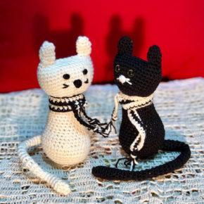 זוג בובות חתולים שחור ולבן