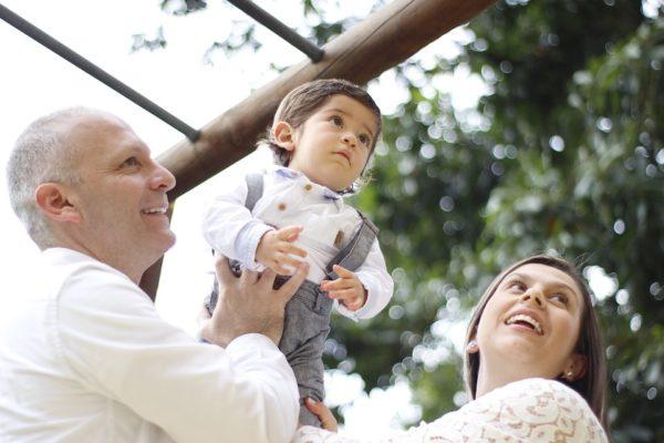 הורים עם תינוק - אבא מרים תינוק