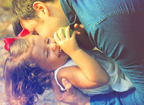 אבא ובת מתחבקים