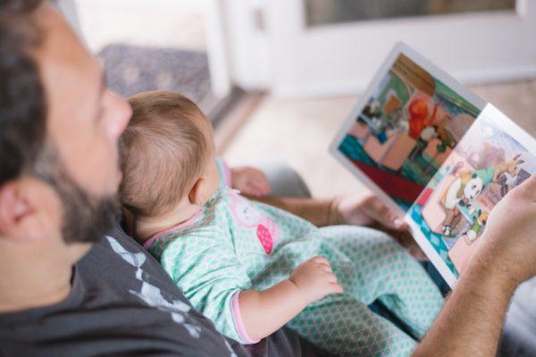 אבא קורא ספר לתינוק