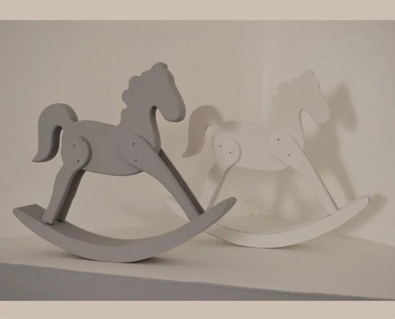 סוס נדנדה קטן על שידה