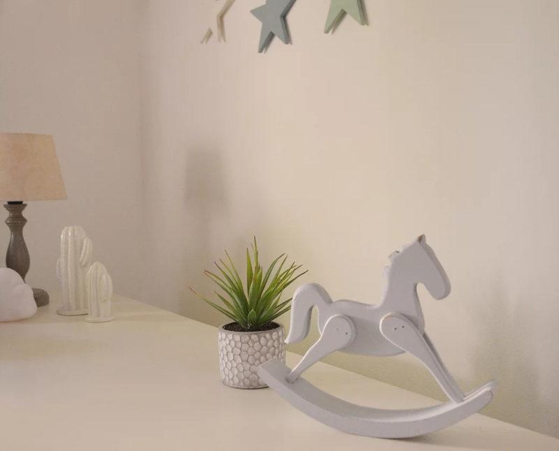 סוס נדנדה קטן על שידה בצבע לבן