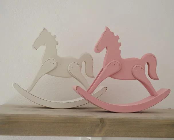סוס נדנדה קטן על שידה בצבע ורוד