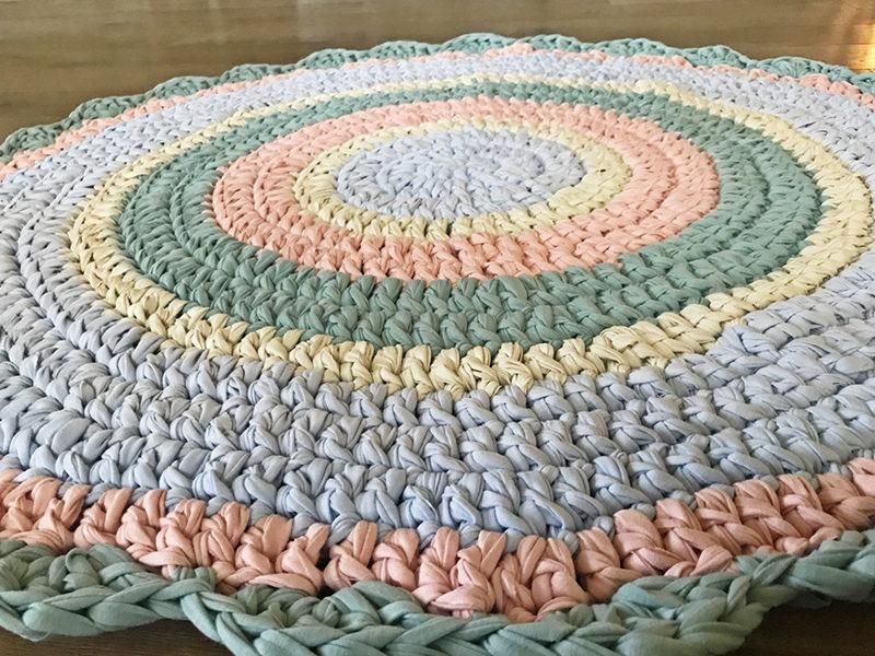 שטיח סרוג מחוטי טריקו עם סיומת מסולסלת לחדר ילדים ותינוקות מנטה