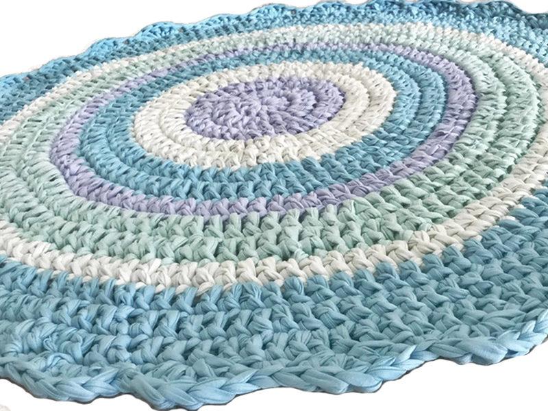 שטיח סרוג מחוטי טריקו עם סיומת מסולסלת לחדר ילדים ותינוקות תכלת מנטה