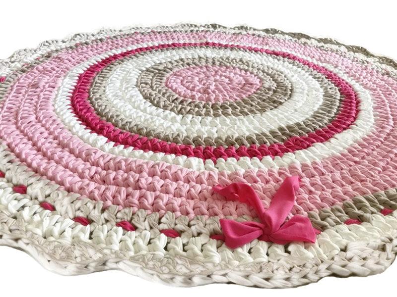 שטיח סרוג מחוטי טריקו עם סיומת מסולסלת לחדר ילדים ותינוקות ורוד