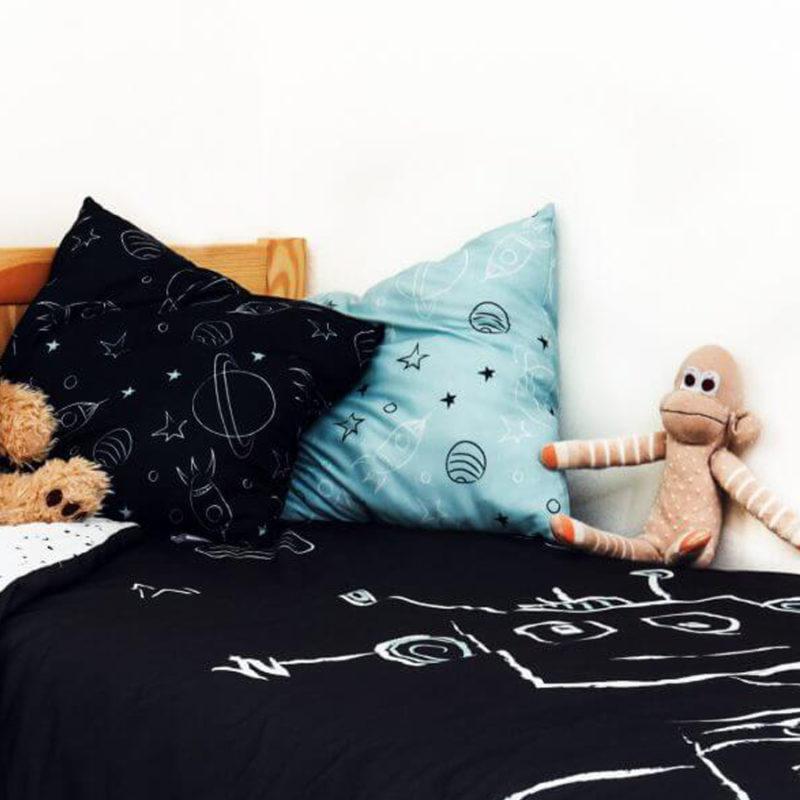 """סט עיצוב חדר דגם """"רובוט על חלל"""" שמיכה לחדר ילדים כריות נוי"""