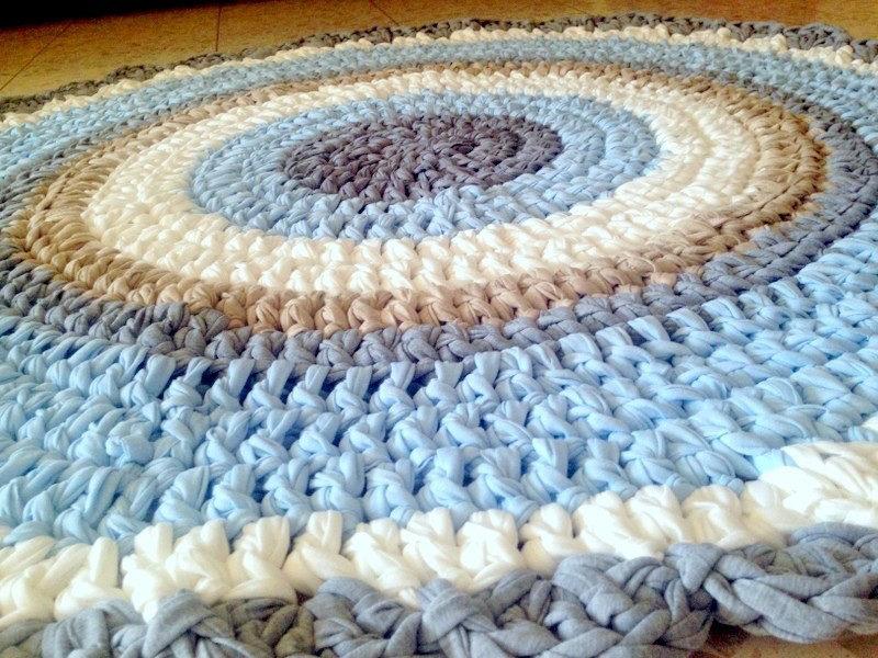 שטיח סרוג מחוטי טריקו עם סיומת מסולסלת לחדר ילדים ותינוקות תכלת שמנת