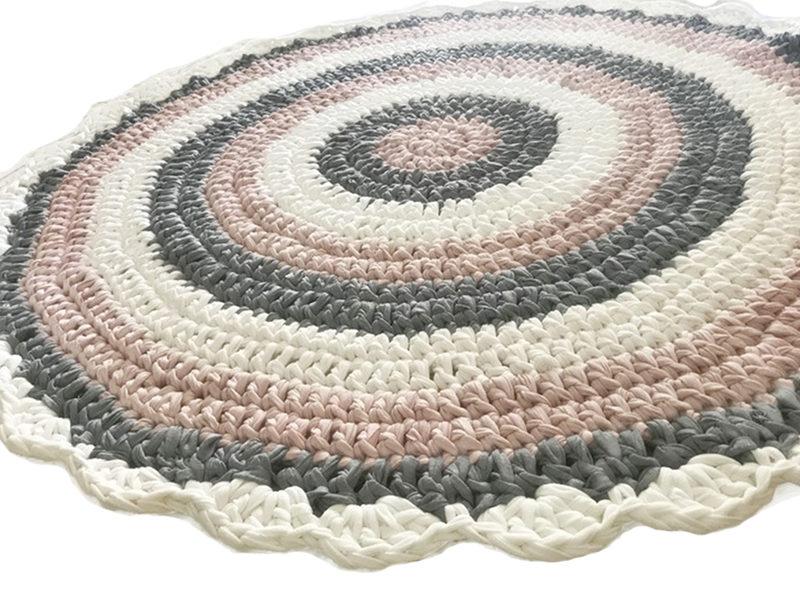 שטיח סרוג מחוטי טריקו עם סיומת מסולסלת לחדר ילדים ותינוקות ורוד מעושן
